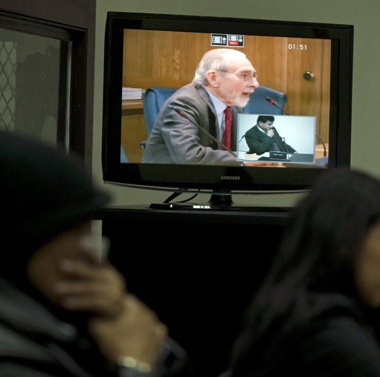 Máximo Cajal brinda su testimonio por videoconferencia desde España. Cajal se encontraba en la embajada al momento de la masacre en 1980 logrando escapar. Foto del 25/4/2012. (Foto: AFP)