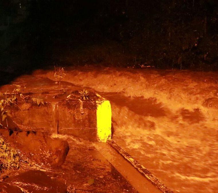 El desborde del río Sacúa impide la circulación sobre el puente del Centro Universitario del Sur Occidente de Mazatenango. (Foto Prensa Libre: Cristian Icó)
