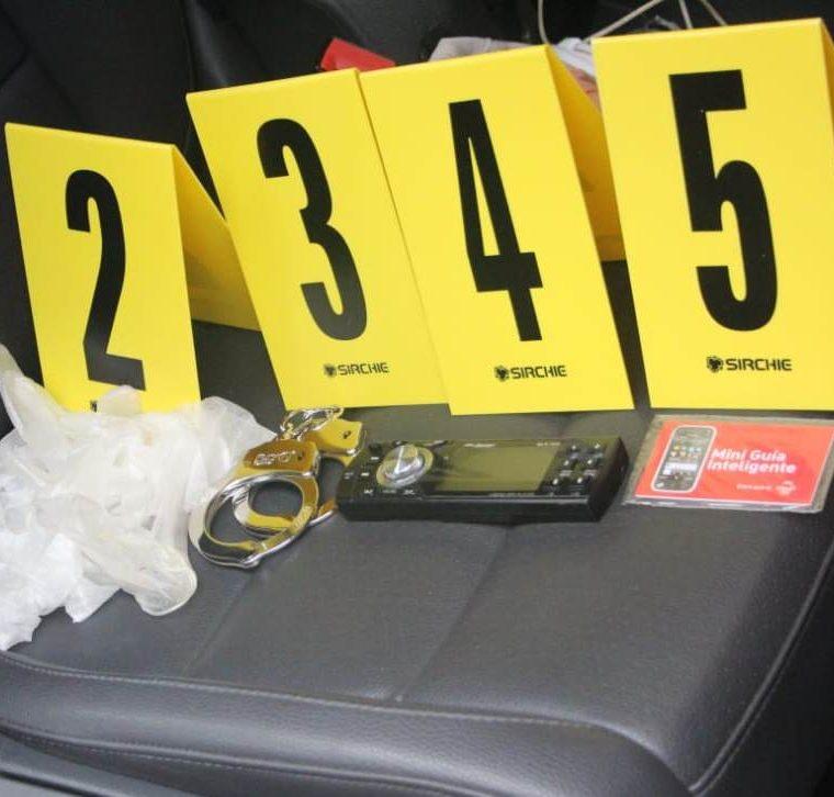 Un par de grilletes, un radio, un chip y guantes fueron hallados en uno de los vehículos incautados. (Foto Prensa Libre: Mario Morales)