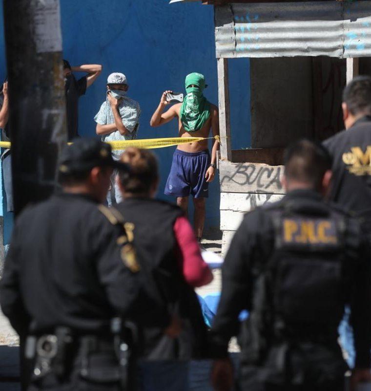 Los fiscales del MP se apresuraron a hacer las diligencias para levantar el cadáver. (Foto Prensa Libre: Érick Ávila)