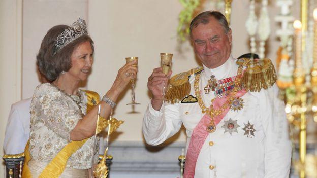 Reyes, reinas y príncipes: la reina Sofía de España y el príncipe Henrik de Dinamarca brindan en un banquete ofrecido por el rey Bhumibol Adulyadej de Tailandia en junio de 2006. (GETTY IMAGES).