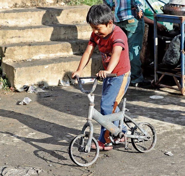 Esta es la fotografía que conmovió a Ramón Raxón y por la cual decidió regalarle una bicicleta. (Foto Prensa Libre: Hemeroteca PL)