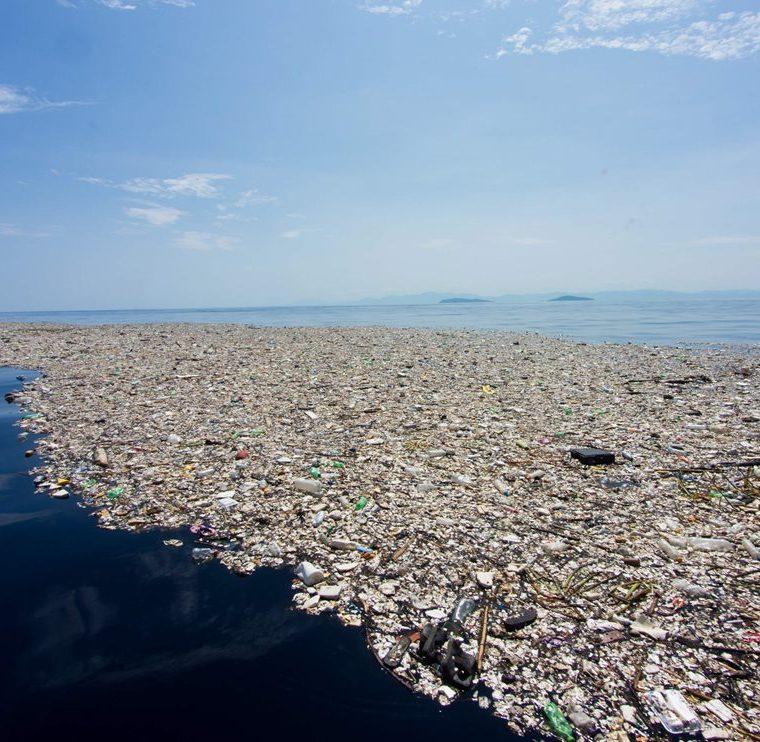 """Vista parcial de la """"isla"""" de basura en el Caribe hondureño. (Foto Prensa Libre: AFP)"""