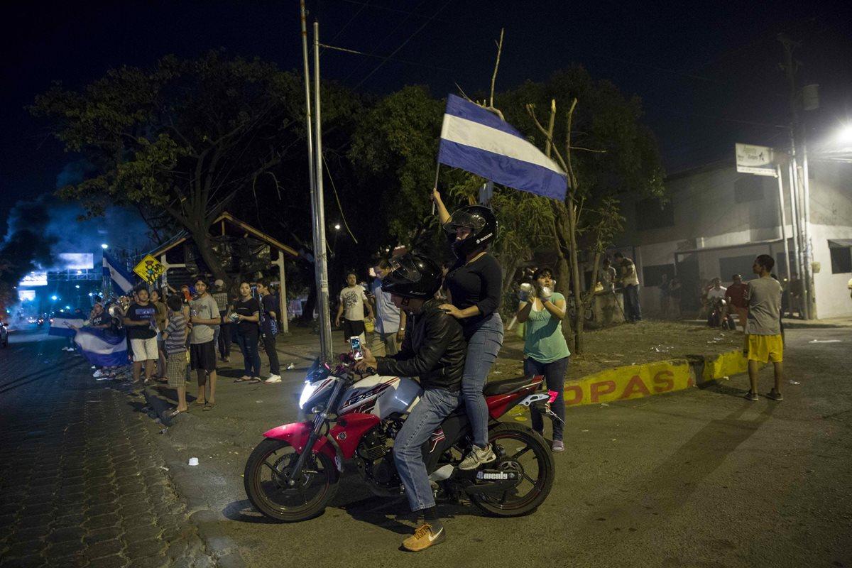 Las manifestaciones en Nicaragua contra reformas al Seguro Social han dejado varios muertos y decenas de heridos.(Foto Prensa Libre: EFE)