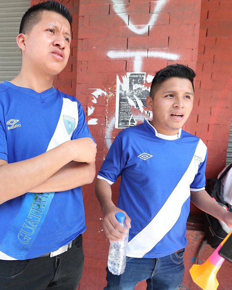 Los dos aficionados pidieron que se legisle en favor del futbol nacional. (Foto Prensa Libre: Edwin Fajardo)