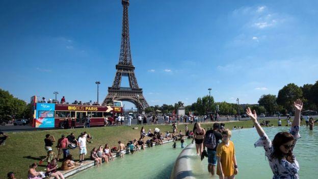 En Francia muchos han optado por refrescarse en las fuentes. (AFP)