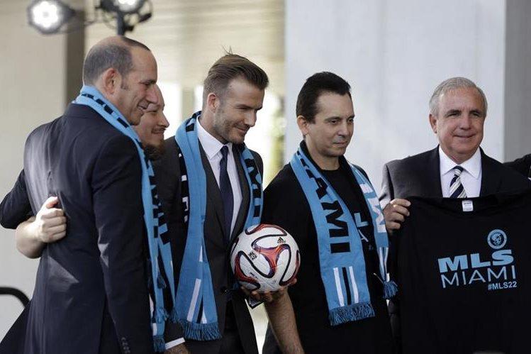 David Beckham posa junto a sus socios en el proyecto para crear un equipo de expansión en la MLS. (Foto Prensa Libre: Hemeroteca PL)