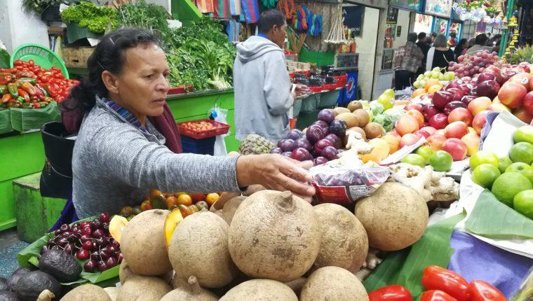 La fruta para la elaboración del tradicional ponche registró un incremento, según comerciantes del mercado Central, sin embargo, consumidores opinaron que a pesar de ese ajuste van adquirir los productos. (Foto Prensa Libre: Urías Gamarro)