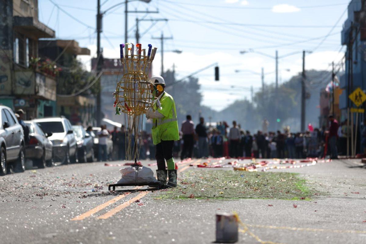 Fuegos pirotécnicos durante el recorrido de la procesión.