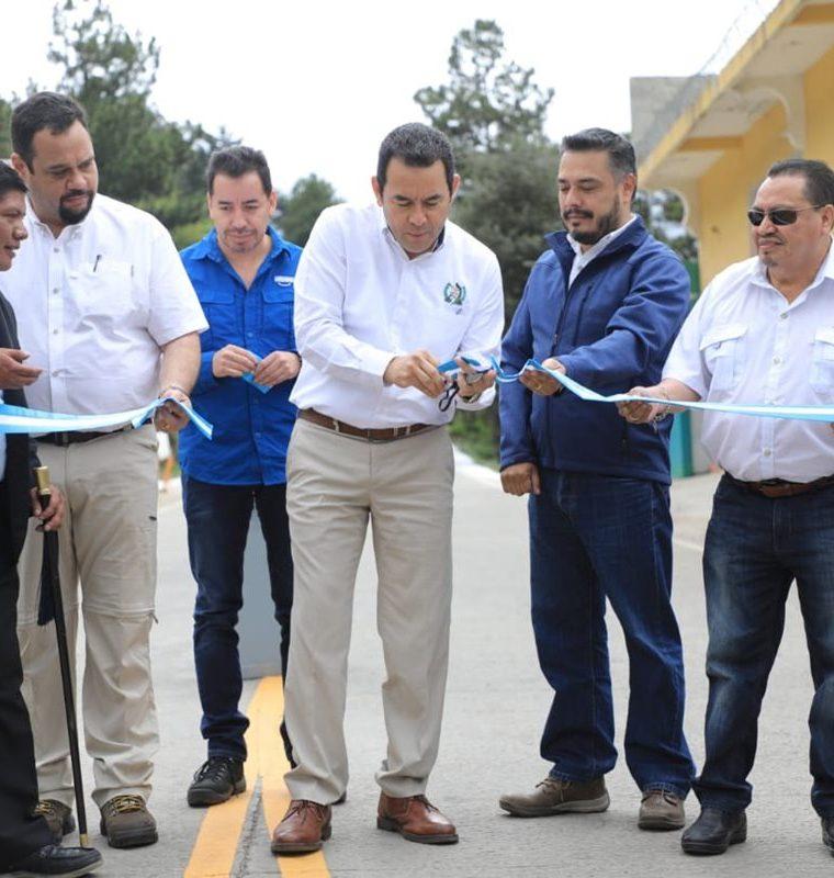 El presidente Jimmy Morales, junto al diputado oficialista Javier Hernández, inauguran un tramo carretero en San Marcos. (Foto Prensa Libre: Hemeroteca PL)