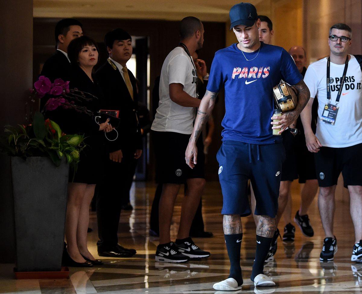 El brasileño Neymar en su llegada al entrenamiento del PSG, en China. (Foto Prensa Libre: AFP)