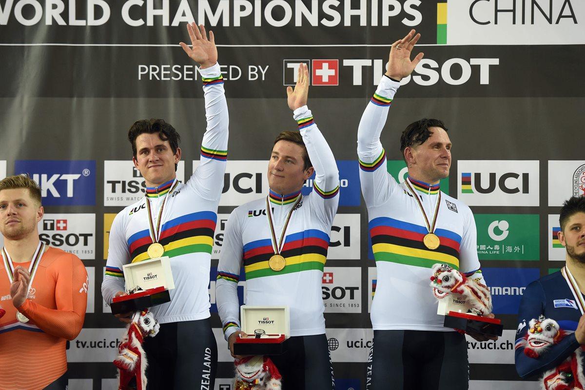 El equipo de Nueva Zelanda celebra la medalla de oro en la persecución por equipos. (Foto Prensa Libre: AFP).