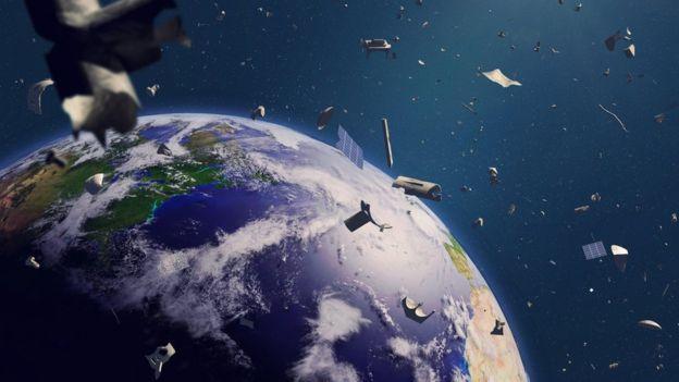Los más de 4.000 satélites no son lo único que gira alrededor de la Tierra. GETTY IMAGES