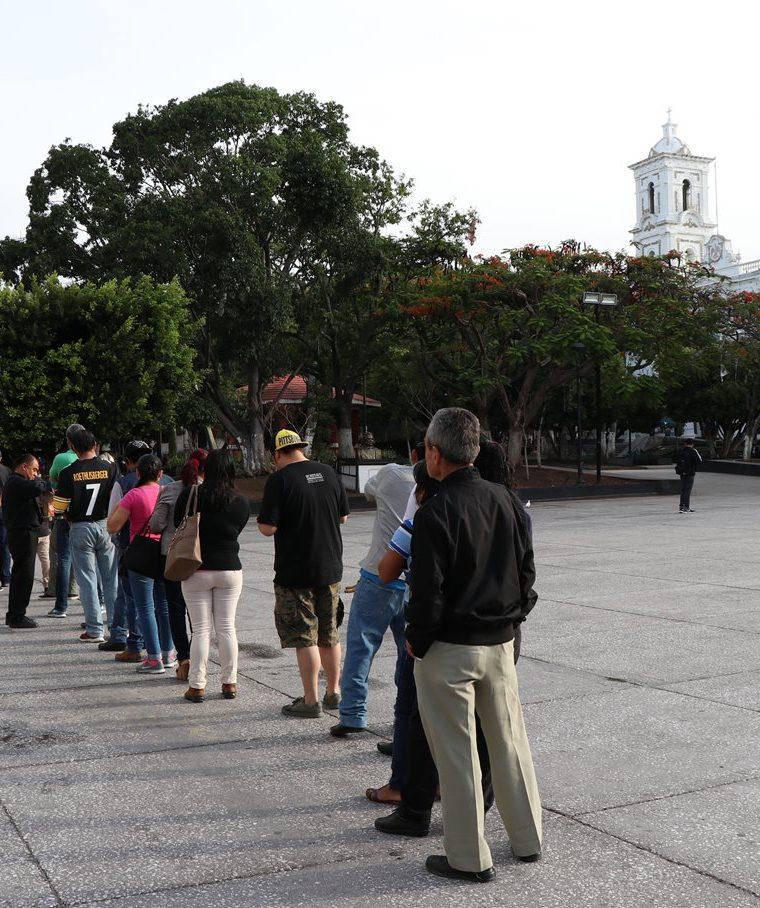 Decenas de personas acuden a los puestos de votación. Unos 89 millones mexicanos están en el censo electoral. (Foto Prensa Libre: EFE)