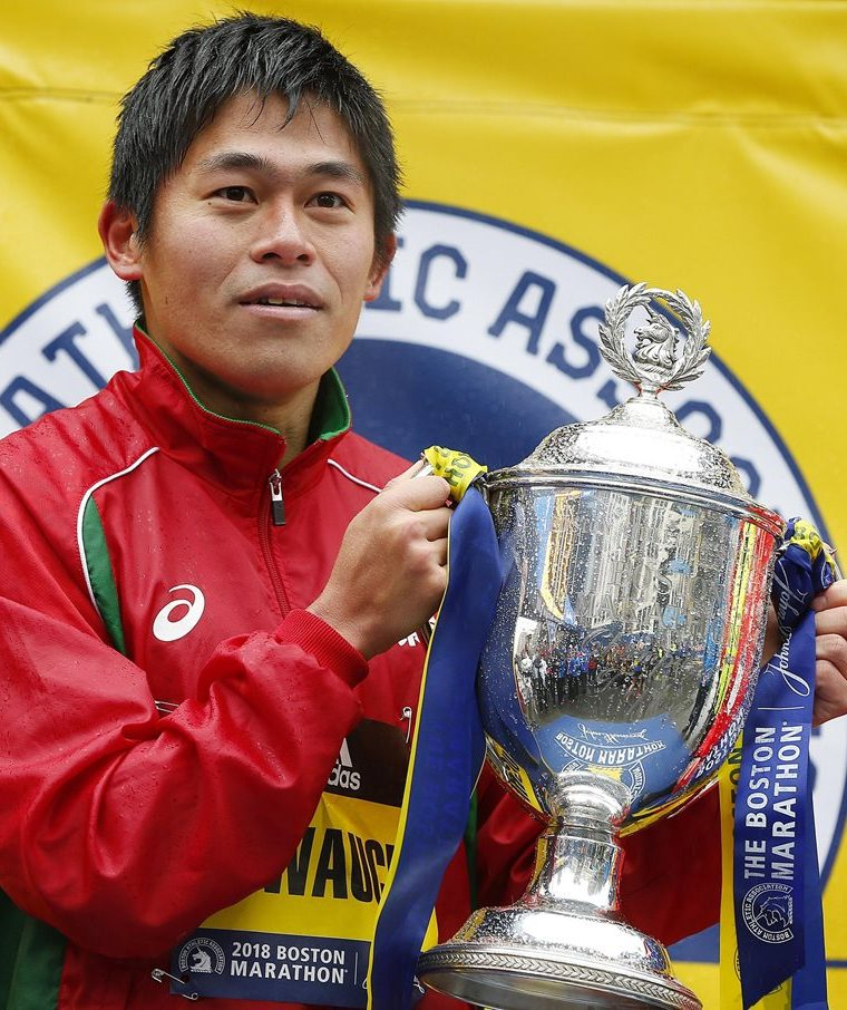 Kawauchi celebra en el podio la victoria conseguida en la edición número 122 del Maratón de Boston. (Foto Prensa Libre: EFE)