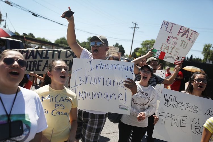 La manifestación se llevó a cabo frente a un centro de procesamiento de migrantes ilegales en El Paso, Texas.