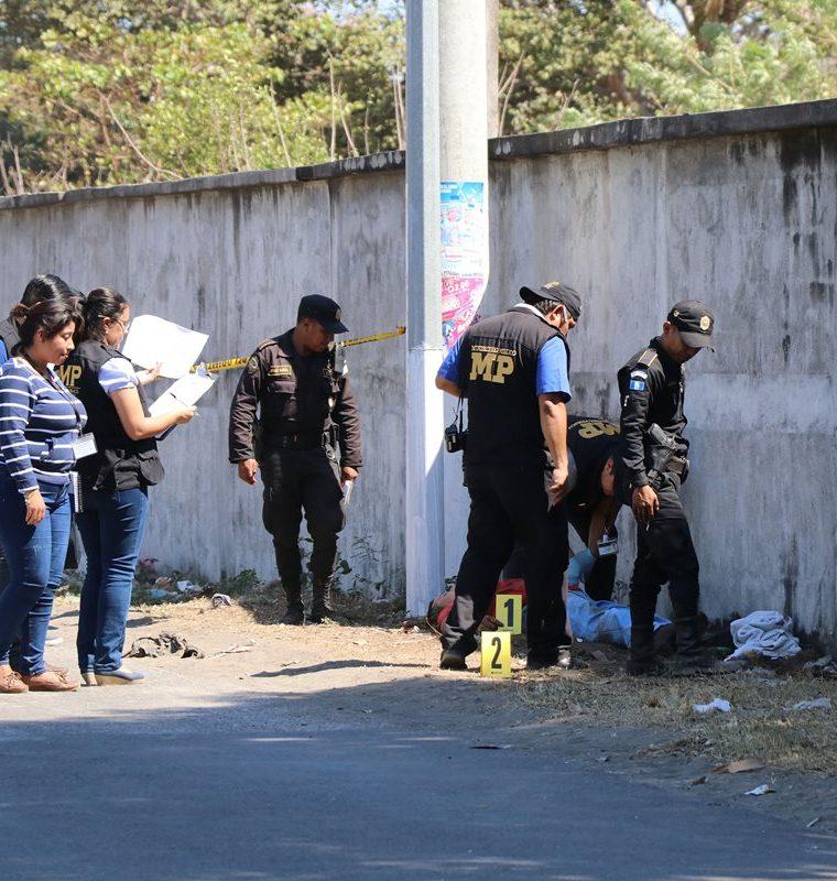 Peritos del MP resguardan el lugar donde fue asesinado el comerciante Juan Yolop. (Foto Prensa Libre: Enrique Paredes)