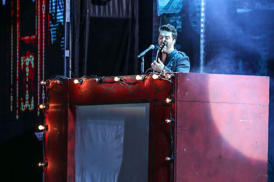 Arjona destacó elementos de circo en el escenario y dio muestra de su talento
