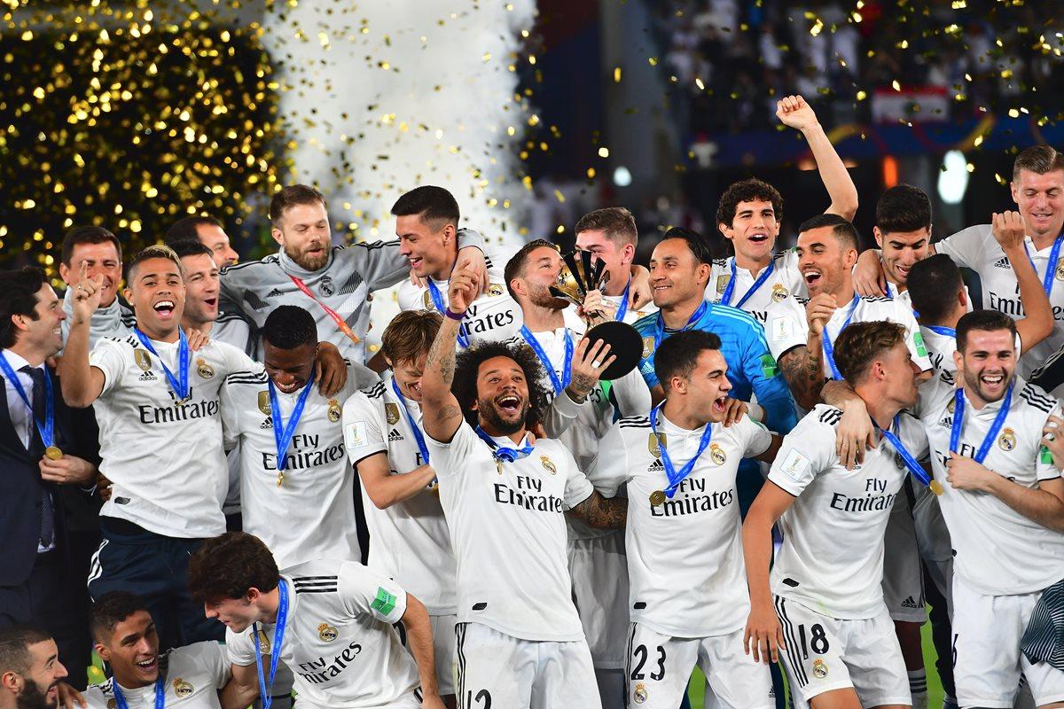 Los jugadores del Real Madrid alzan el trofeo de campeones del Mundo. (Foto Prensa Libre: AFP)