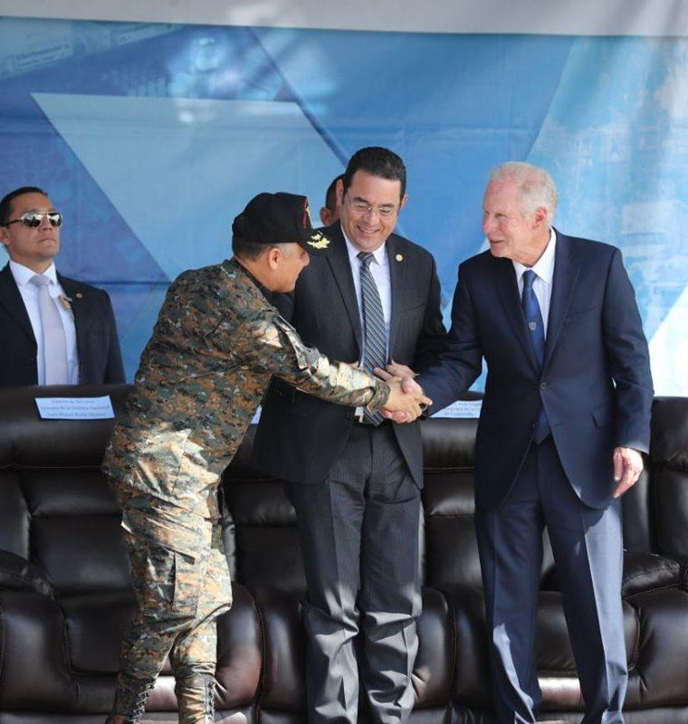 Jimmy Morales observa el saludo entre el alcalde y el ministro de la Defensa Nacional. (Foto Prensa Libre: Érick Ávila)