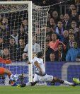 Ousmane Dembélé definió así después de una excelente jugada en la que ningún jugador del Tottenham lo consiguió frenar. (Foto Prensa Libre: AFP)