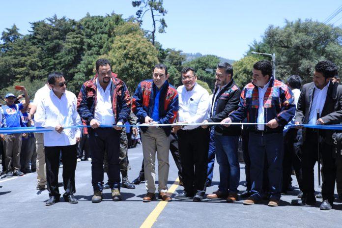 El presidente Jimmy Morales inaugura una carretera de ocho kilómetros en Totonicapán. (Foto Prensa Libre: AGN)
