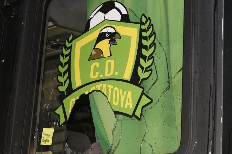 La fotografía muestra otra de las ventanas quebradas del bus de Guastatoya.