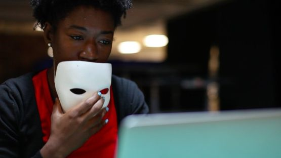 Joy Buolamwini, fundadora de la Liga de la Justicia Algorítmica, dice que su computadora reconoció una máscara blanca, pero no su cara.