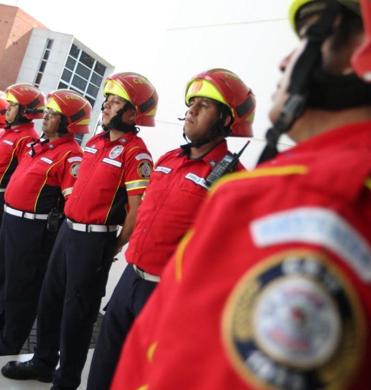 Los Bomberos Municipales conservan el pantalón azul y el casco rojo, pero la camisa será roja. (Foto Prensa Libre: Óscar Rivas)