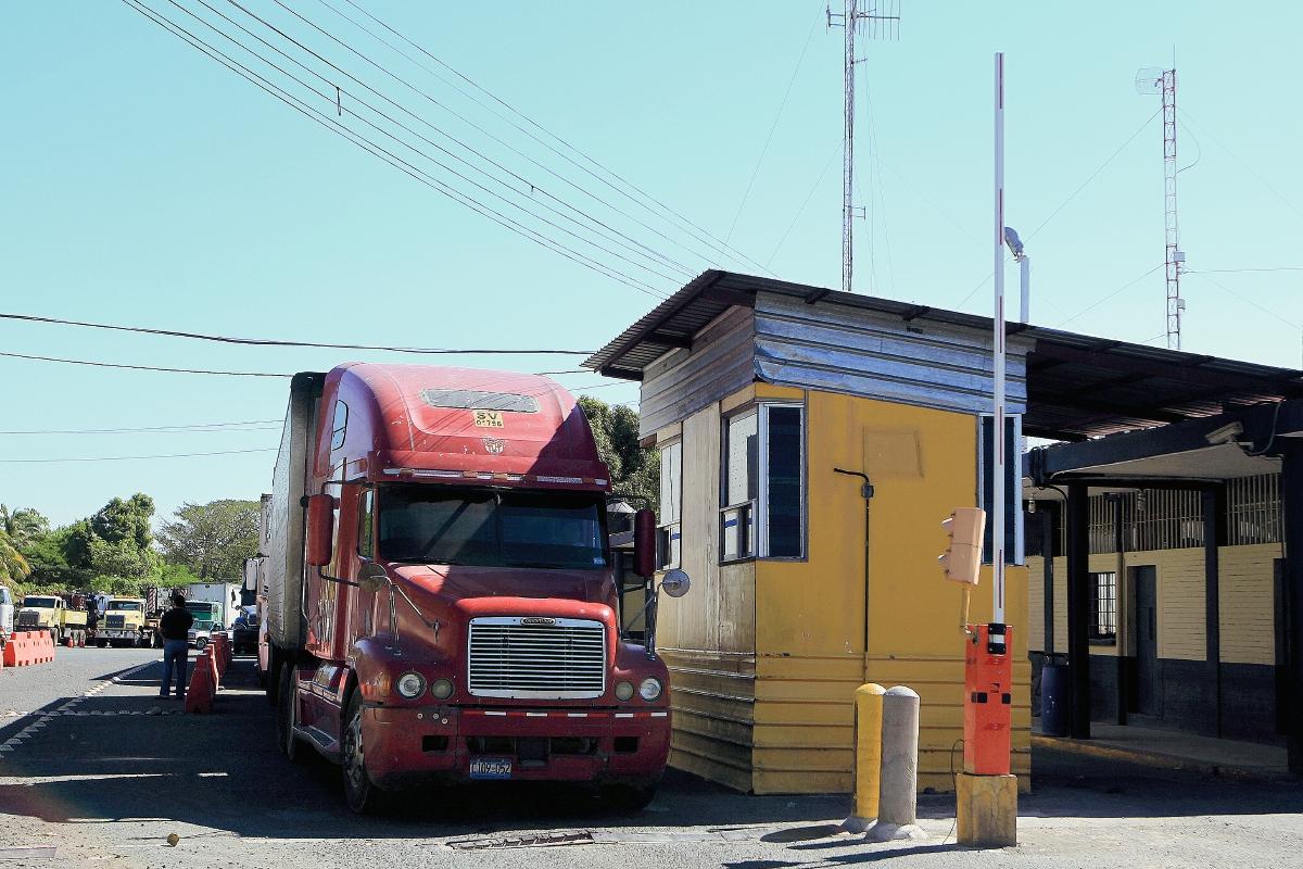 La propuesta de largo plazo para hacer cambios en el servicio aduanero será presentada por la SAT este martes. (Foto Prensa Libre: Hemeroteca)