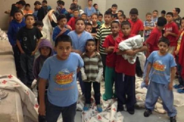Menores en un centro migratorio de Texas, deben compartir áreas que carecen de espacios adecuados. (Foto Prensa Libre: Brandon Darby)