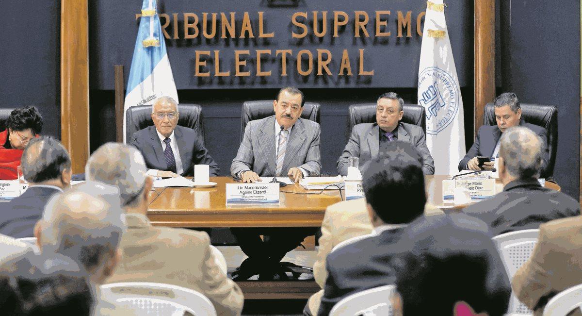 Magistrados del TSE y los representantes de los partidos políticos se reunieron por última vez antes de la convocatoria a elecciones. (Foto Prensa Libre: Hemeroteca PL)