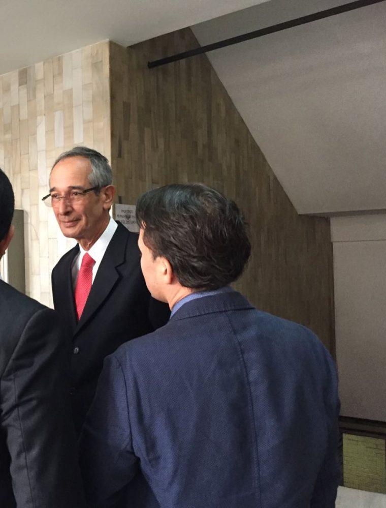 Álvaro Colom a su llegada a la Torre de Tribunales. (Foto Prensa Libre: Cortesía)