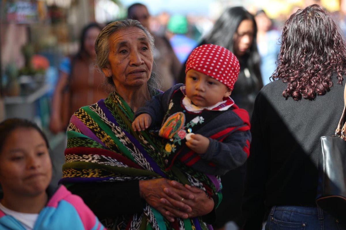 """Como ya es tradición, cientos de niños y niñas son vestidas como """"Juan Diego """" para ser presentados ante la Virgen."""