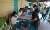 Centro de votaci?n ubicado en el colegio Santa Teresita, zona 11.  Este domingo cientos de ciudadanos acudieron a realizar el sufragio como parte del proceso electoral de segunda vuelta 2015.   FOTO: çlvaro Interiano.