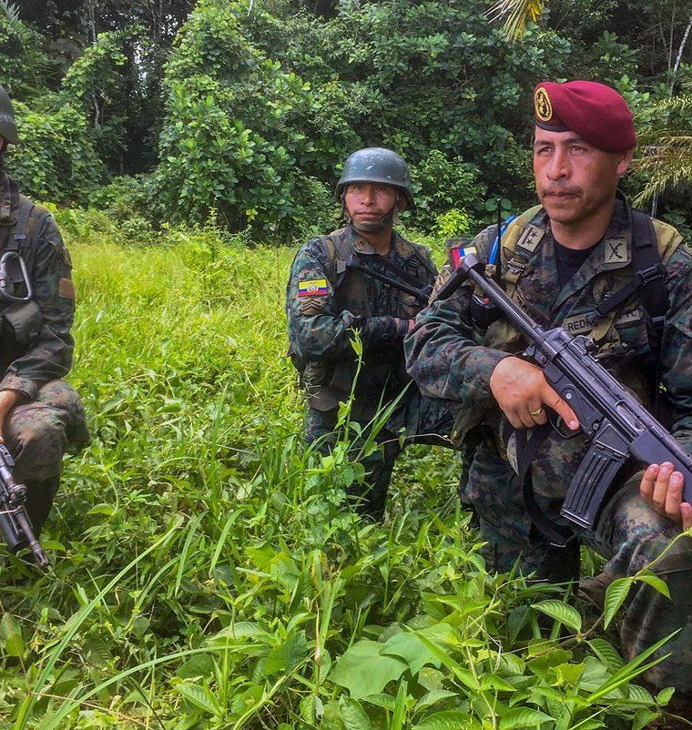 Efectivos del Ejército ecuatoriano patrullan una zona rural cerca de Tumaco, en el departamento colombiano de Narino cerca de la frontera con Ecuador. (AFP).
