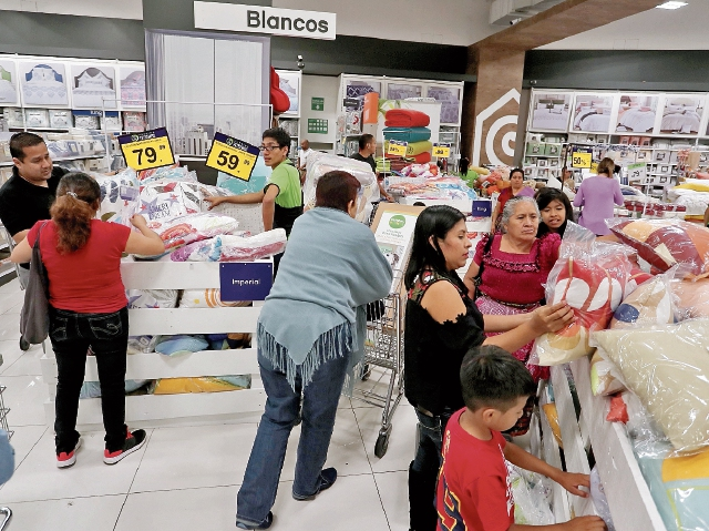 Con descuentos y ofertas, las tiendas Cemaco presentan  este fin de semana la primera edición de 72 Horas de Precios Extremos. (Foto, Prensa Libre: Juan Diego González).