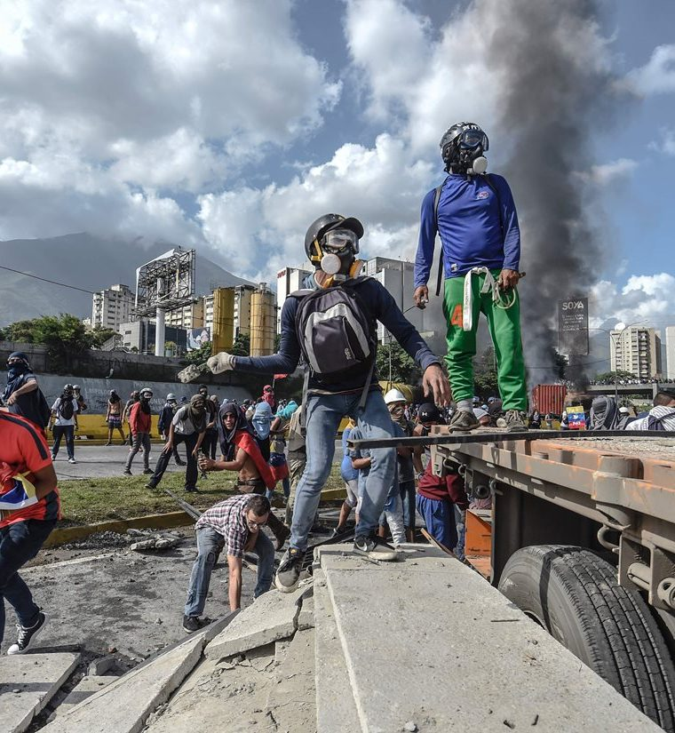 Opositores bloquean una carretera en Caracas durante una protesta contra el gobierno de Nicolás Maduro.(AFP).