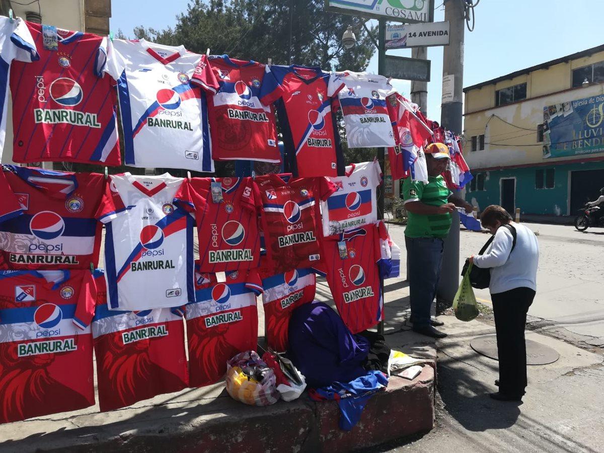 Las ventas de camisolas se empiezan a observar en los  alrededores del Mario Camposeco. (Foto Prensa Libre: Raúl Juárez)