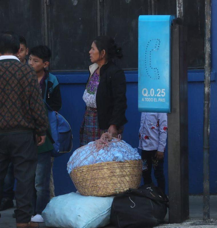 Usuarios de la empresa Marquensita tienen problemas para movilizarse en la capital, debido a la suspensión del servicio. (Foto Prensa Libre: Érick Ávila)
