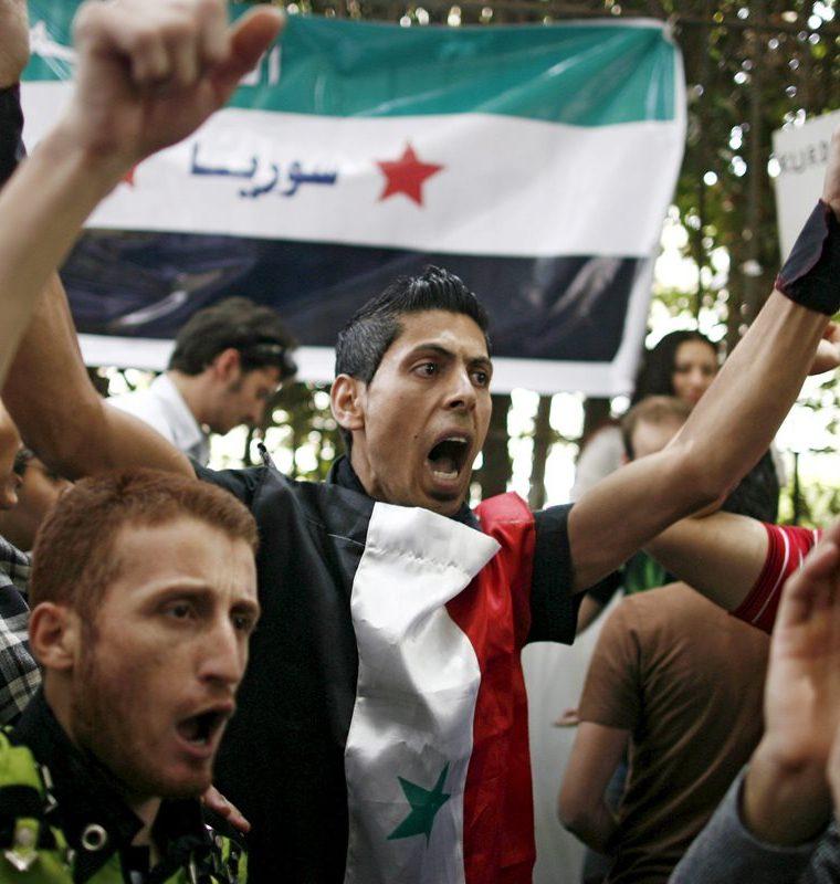 Opositores sirios se manifiestan contra el gobierno de Bashar al Asad frente a la embajada siria en El Cairo el 26 de abril de 2011. (Foto: EFE)
