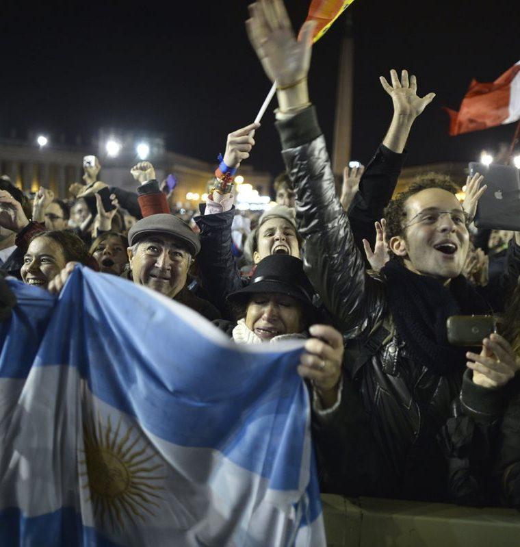 Fieles agitan banderas de Argentina tras escuchar el anuncio de la elección del cardenal argentino Jorge Bergoglio como nuevo Papa. (Foto: AFP)