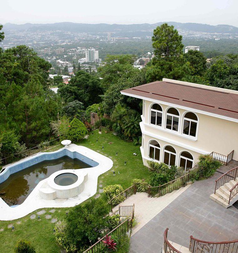 La Procuraduría General de la República de Salvador le confisco varias propiedades de Antonio Saca y activos. La lujosa mansión ubicada en las montañas de San Salvador fue confiscada. (AFP)
