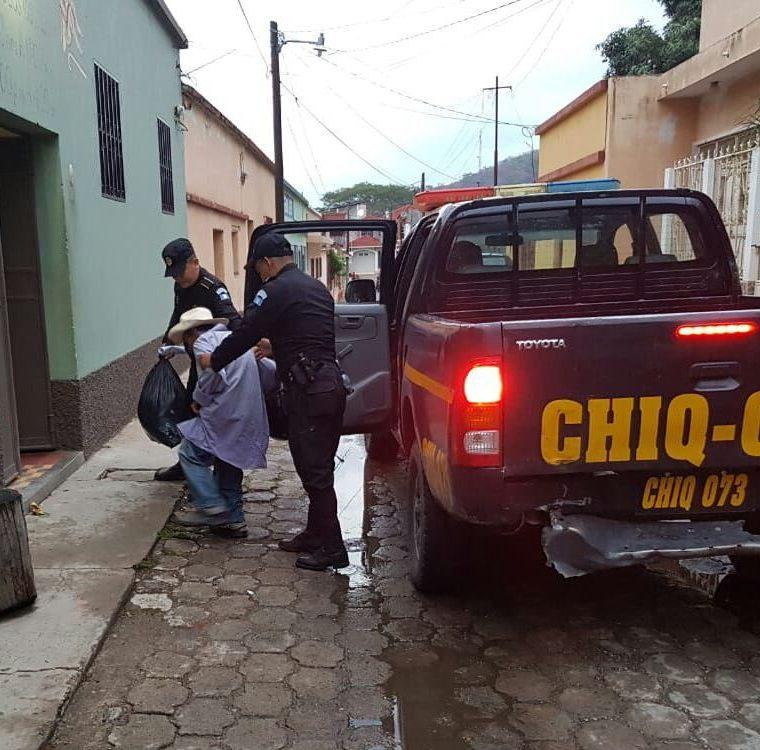 Los policías efectuaron el traslado hacia un asilo de la cabecera departamental. (Foto Prensa Libre: Mario Morales)