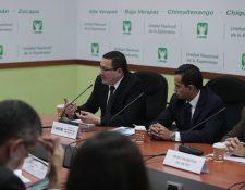 Roberto Sagastume, director de Anadie, expone a diputados de la Comisión de Economía del Congreso el plan para contratar una empresa para realizar los estudios de prefactibilidad del metro subterráneo. (Foto Prensa Libre: Juan Diego González)