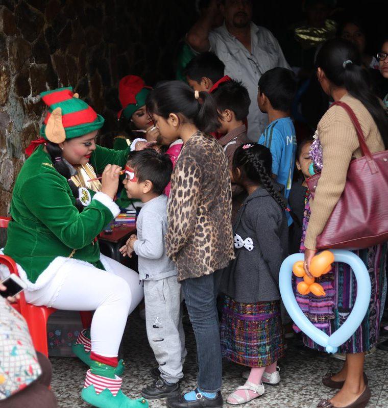 Los niños forma fila para pasar a pintarse el rostro con figuras de animales de diversos colores. Además, recibieron globos. (Foto Prensa Libre: Esbin García)