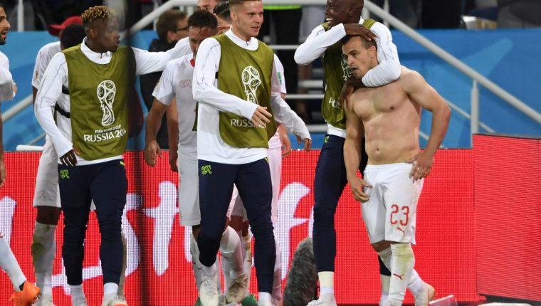 A Shaqiri no le importó nada y se quitó la camisola bajo la lluvia para celebrar el gol que selló la remontada suiza. (Foto Prensa Libre: AFP)