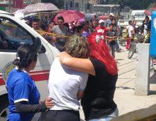 Familiares observan los cuerpos de los jóvenes, que quedaron sobre la banqueta en la colonia San Luis, San Pedro Ayampuc. (Foto Prensa Libre: Érick Ávila)