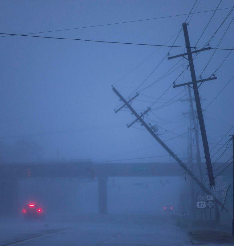 Postes de la luz semicaídos tras el paso del huracán Florence, en Wilmington, Carolina del Norte. (Foto Prensa Libre: EFE)