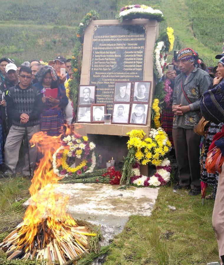 Autoridades de 48 Cantones organizaron una ceremonia maya frente al monumento que se halla en el km 170. (Foto Prensa Libre: Ángel Julajuj)